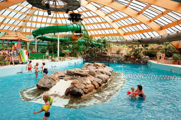 Binnenzwembad In De Buurt.Subtropisch Zwembad Zwemparadijs Nederland Overzicht Van