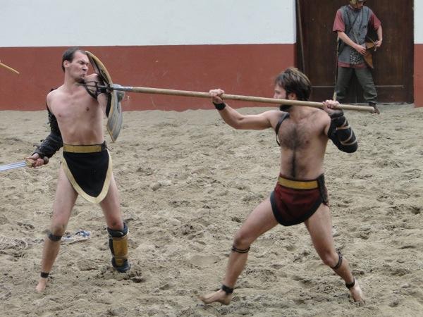 Twee gladiatoren vechten tot de dood in het Archeon