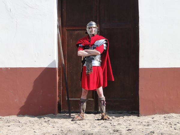 Romeinse soldaat houd de wacht bij een gladiatoren gevecht in het Archeon
