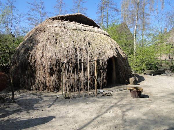 Een hut uit de middeleeuwen in het Archeon