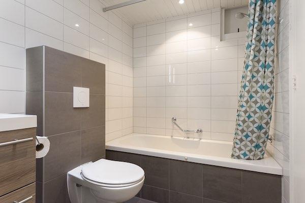 Badkamer met ligbad bij landal het vennenbos in hapert fijnuit