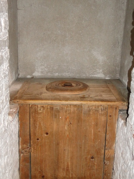 De toilet potten van vroeger bij Kasteel Muiderslot in ...